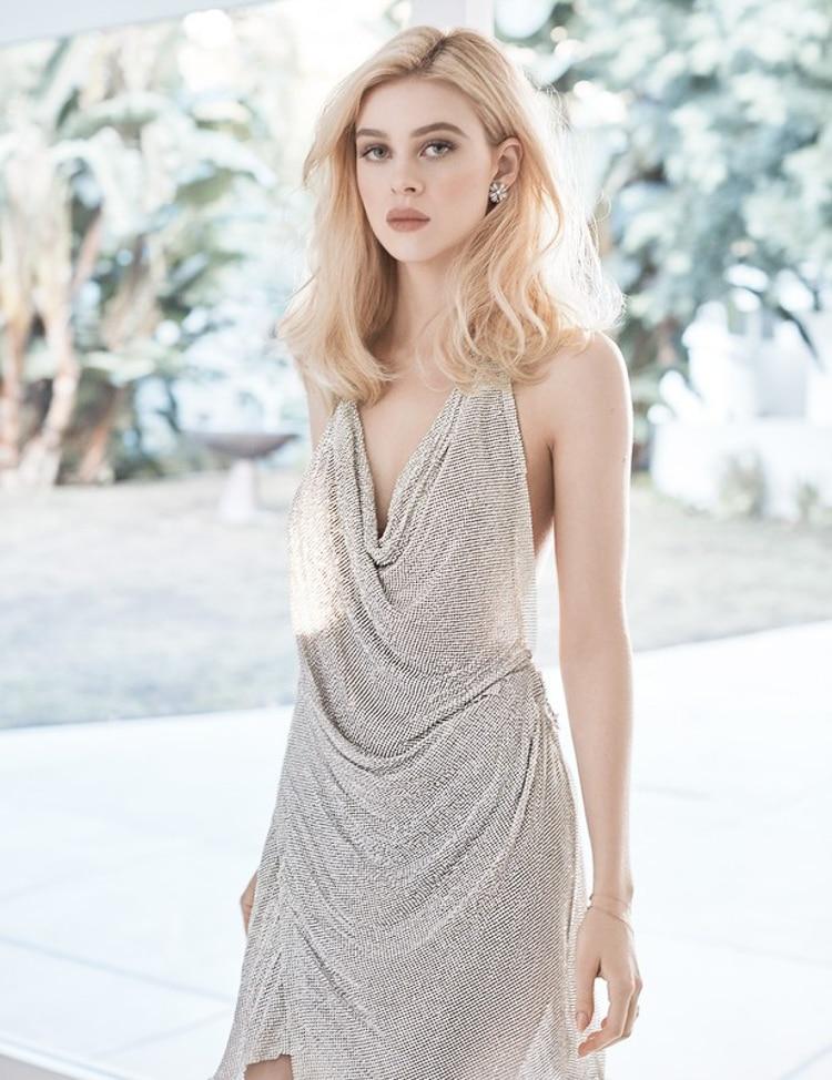 Nicole sở hữu mái tóc váng tự nhiên, gương mặt đẹp sắc sảo, đôi mắt hút hồn, từng đường nét hoàn hảo không tì vết.