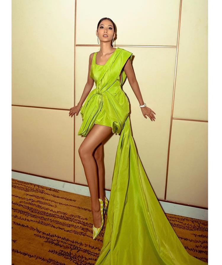 Hoàng Thùy lựa chọn chiếc đầm xanh lá xẻ tà quyến rũ