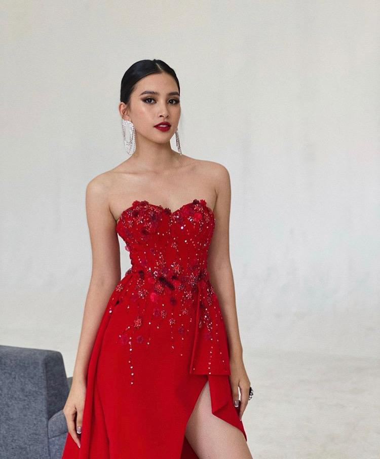 Tiểu Vy khẳng định phong cách gợi cảm xen lẫn cá tính với mốt trang điểm đậm phần mắt, môi đỏ sexy đi kèm trang phục đầm xẻ cúp ngực đính kết sắc đỏ nổi bật.