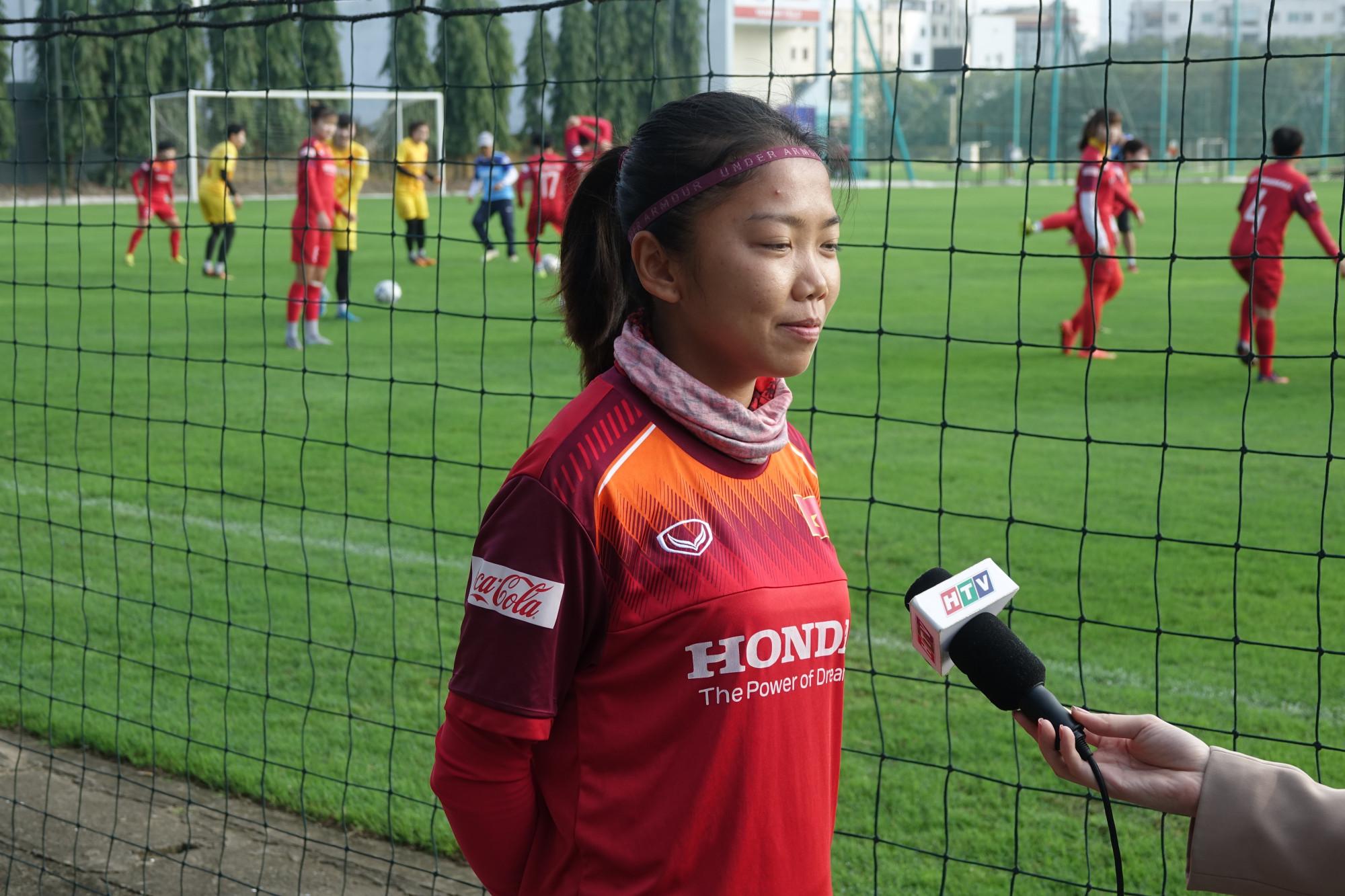 Cầu thủ Huỳnh Như chia sẻ cảm nghĩ của mình bên lề sân tập