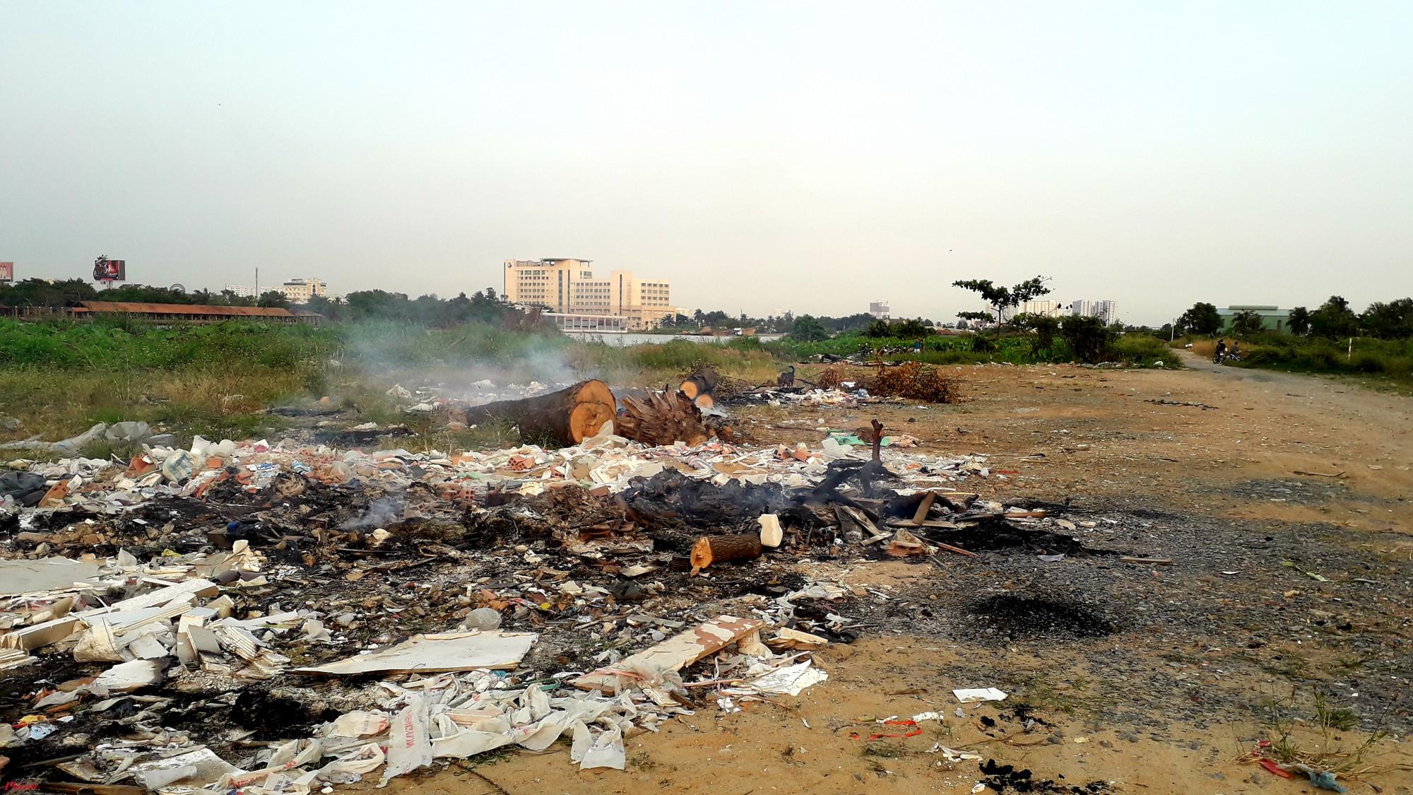 Đủ loại rác thải được mang ra bờ sông Sài Gòn đổ bỏ rồi đốt cháy, phi tang - Ảnh: Hoàng Nhiên