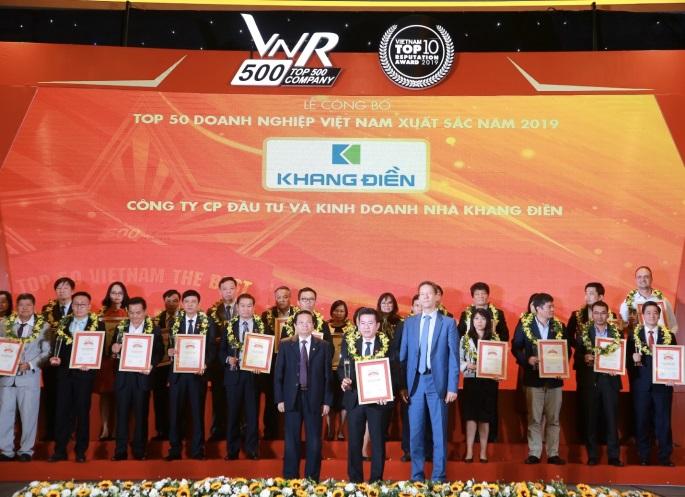 Đại diện Công ty Khang Điền nhận giải thưởng Top 50 doanh nghiệp Việt Nam xuất sắc nhất 2019