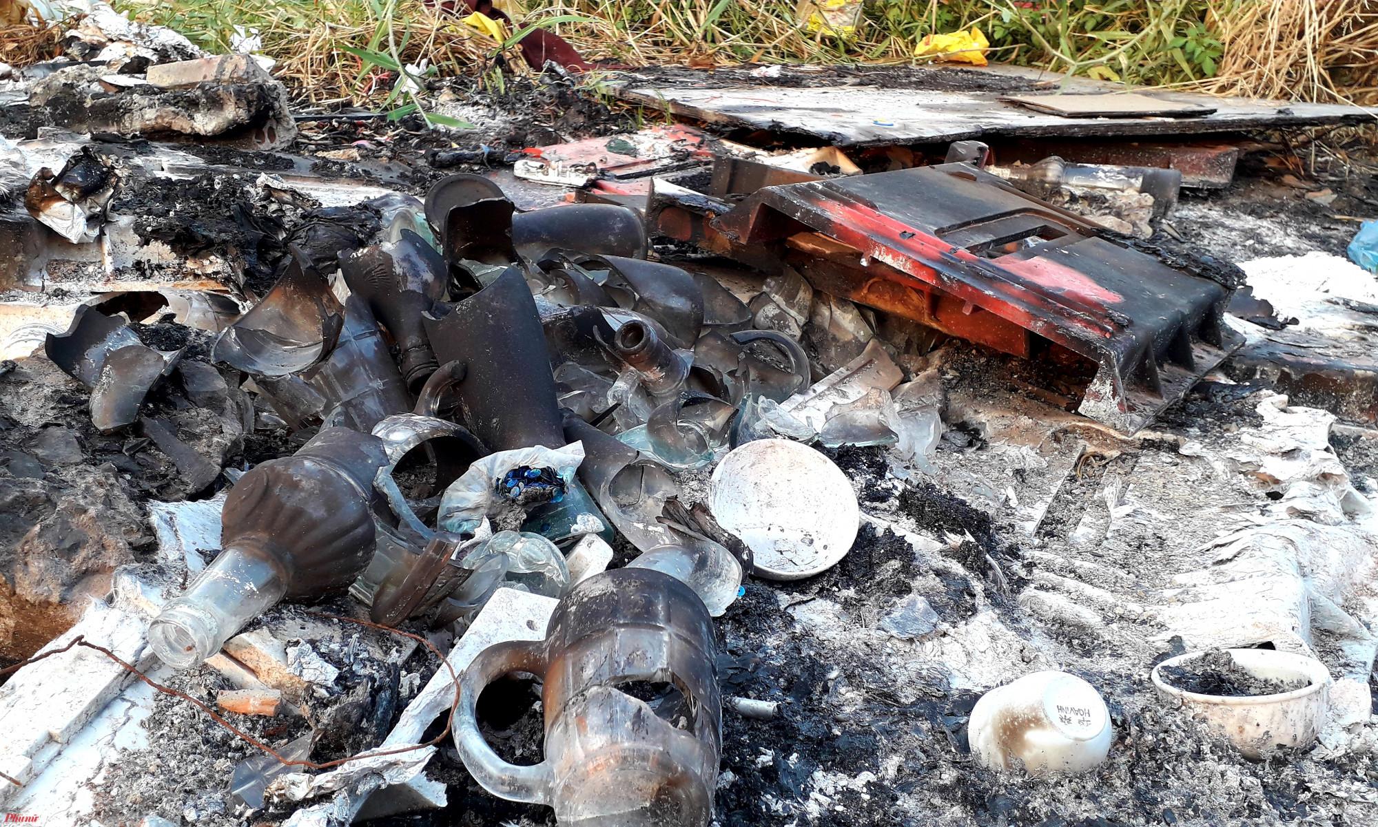 Nhiều miểng chai sắc nhọn còn sót lại ở một đống rác đốt cháy nham nhở, gây nguy hiểm cho người lưu thông trên tuyến đê bao bờ hữu sông Sài Gòn. Ảnh: Hoàng Nhiên
