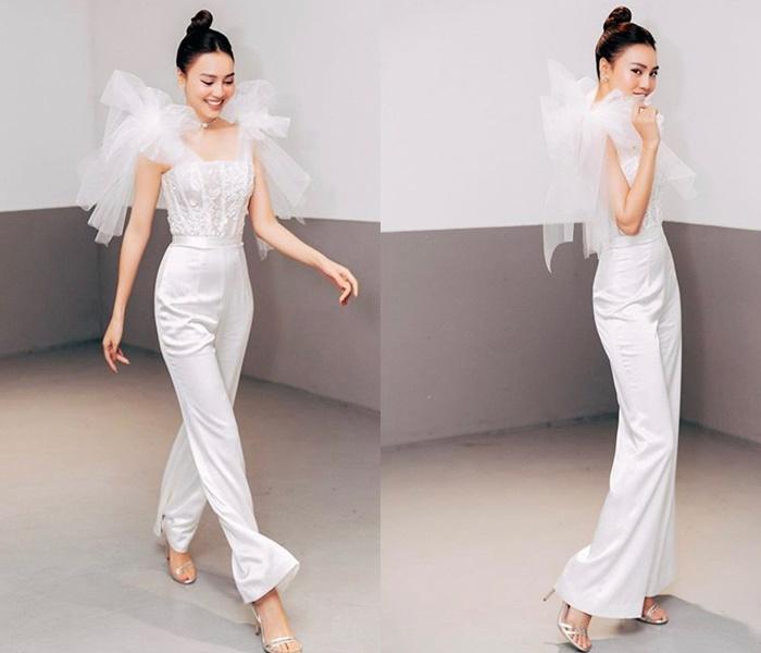 Ninh Dương Lan Ngọc phô diễn thân hình hoàn hảo trong bộ jumpsuit trắng, chất liệu xuyên thấu phần thân áo khiến nữ diễn viên gợi cảm hơn.