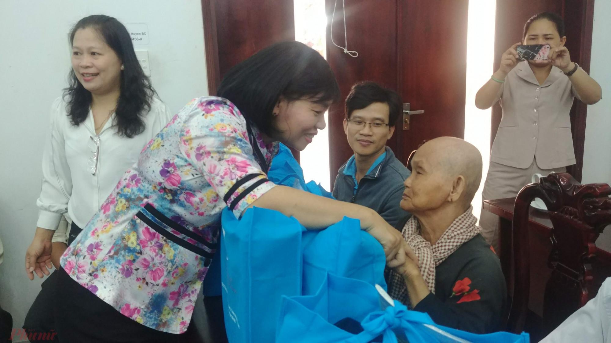 Bà Trần Thị Phương Hoa, Phó Chủ tịch Hội LHPN TP.HCM tặng quà và chúc tết đến phụ nữ huyện Bình Chánh.