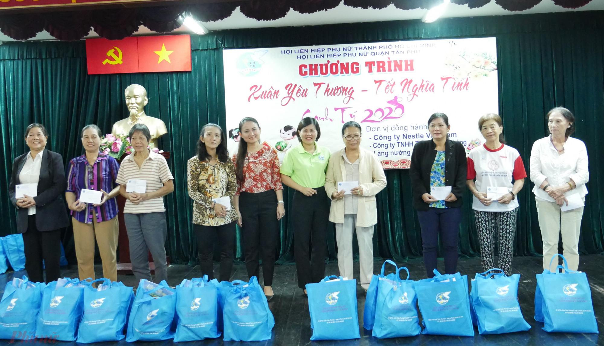 Hội LHPN TP.HCM tặng quà tết cho phụ nữ tại quận Tân Phú.
