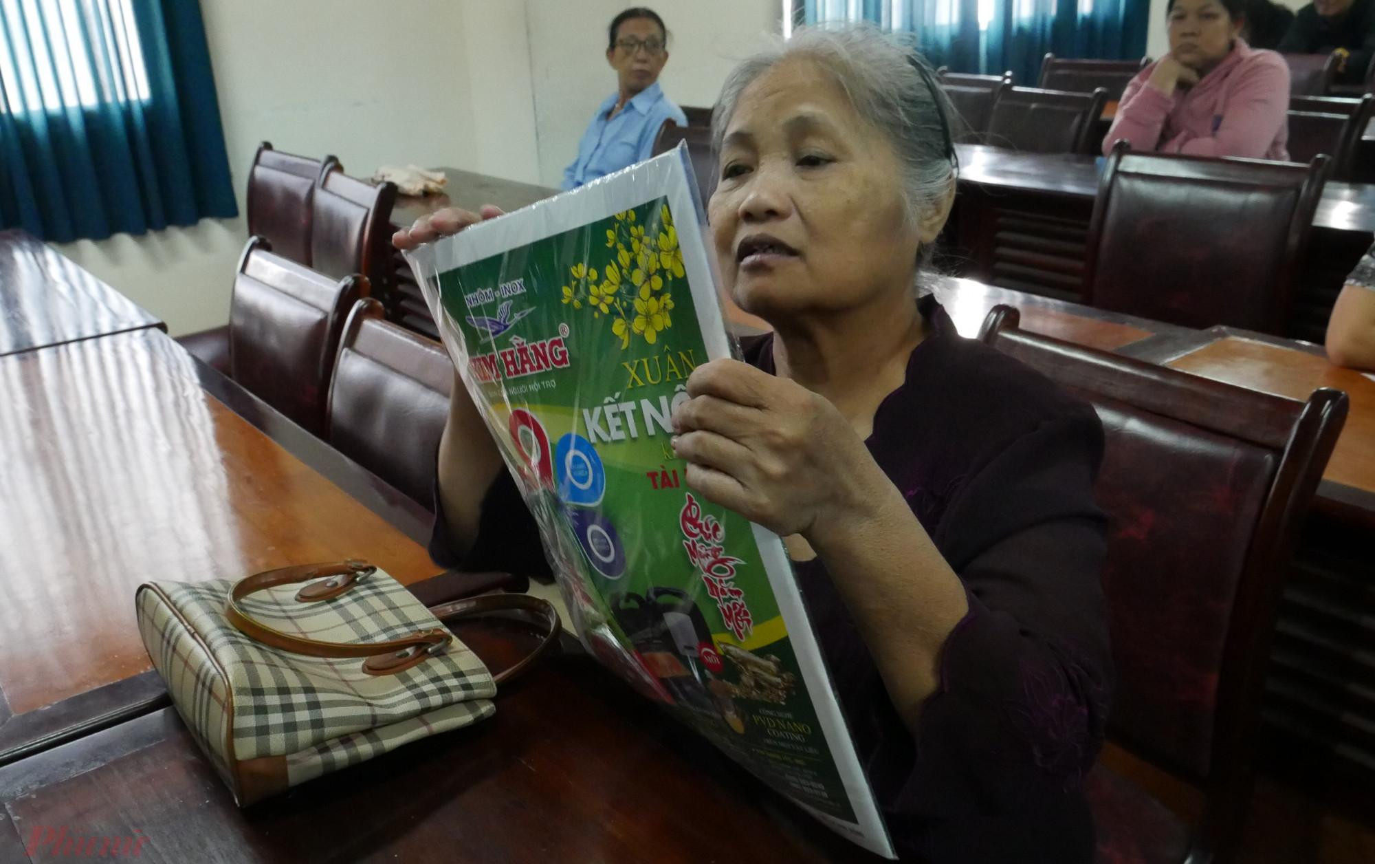 Cô Lạc bất ngờ khi nhận được đặc san xuân Báo Phụ nữ TP.HCM trong quà tết đủ đầy từ Hội LHPN TP.HCM.