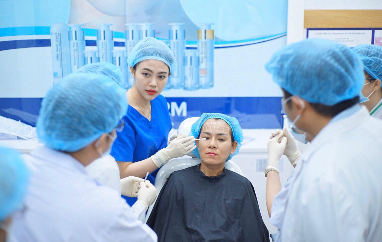 Các bác sĩ khoa Thẩm mỹ da, Bệnh viện Da liễu TPHCM thực hiện ca chăm sóc da cho khách hàng. Nguồn: Bệnh viện Da liễu TPHCM