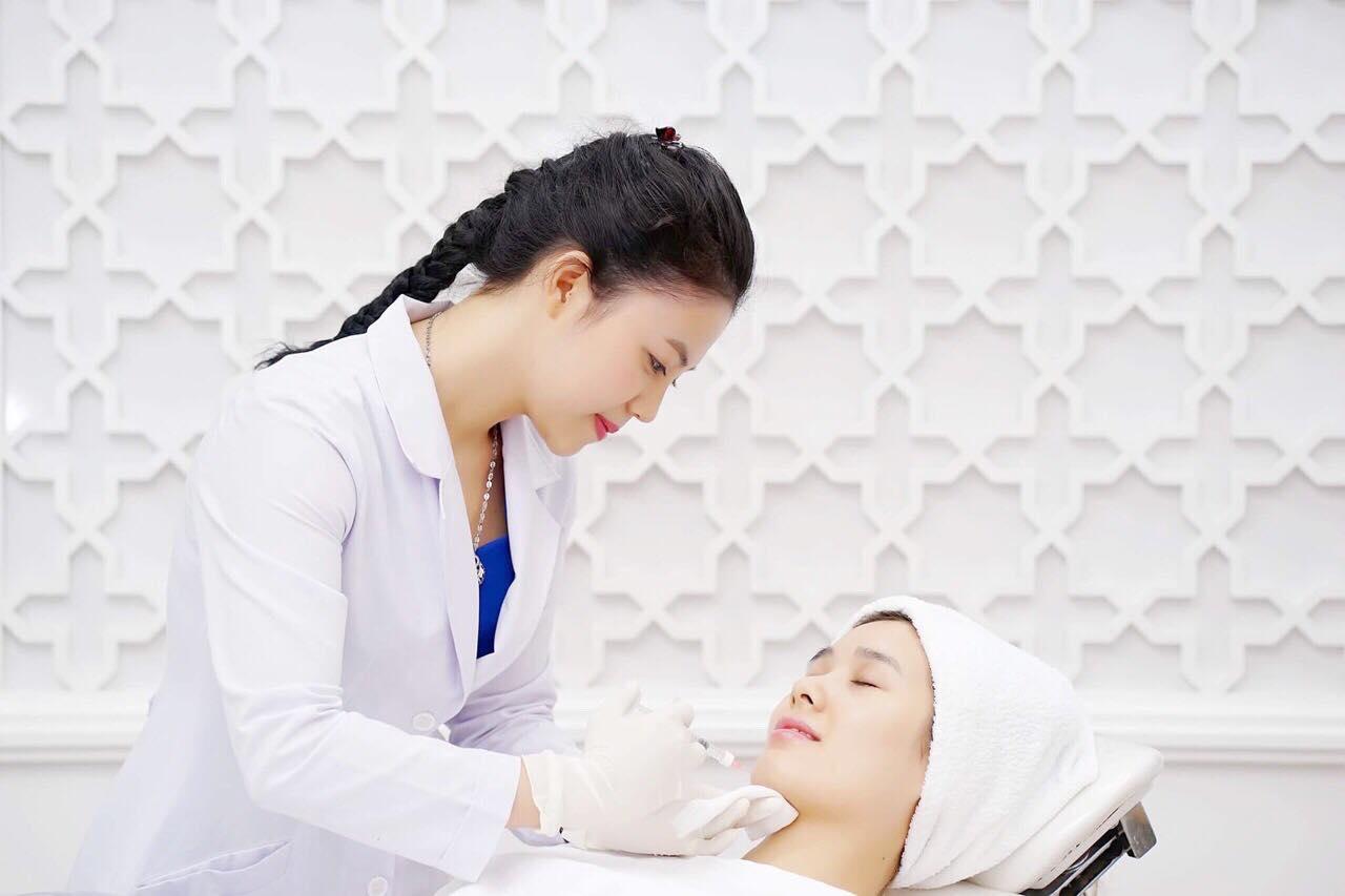 Thạc sĩ - bác sĩ Trần Nguyên Ánh Tú tư vấn chăm sóc da cho khách hàng