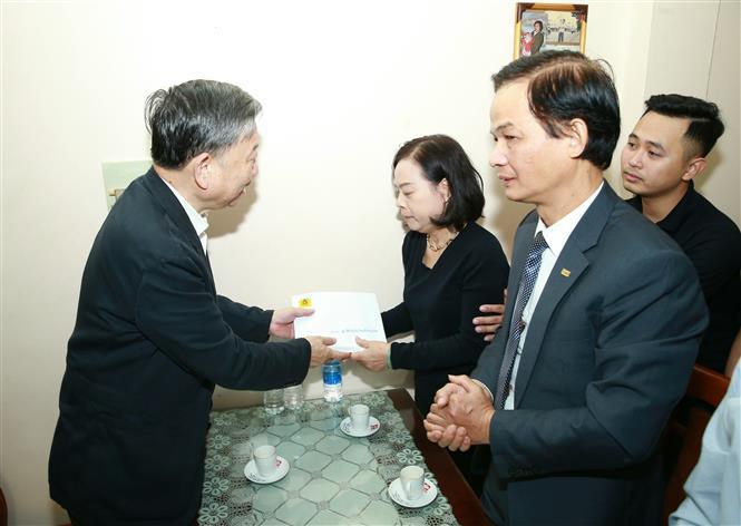 Bộ trưởng Bộ Công an - Đại tướng Tô Lâm đến thăm hỏi gia đình chiến sĩ hy sinh