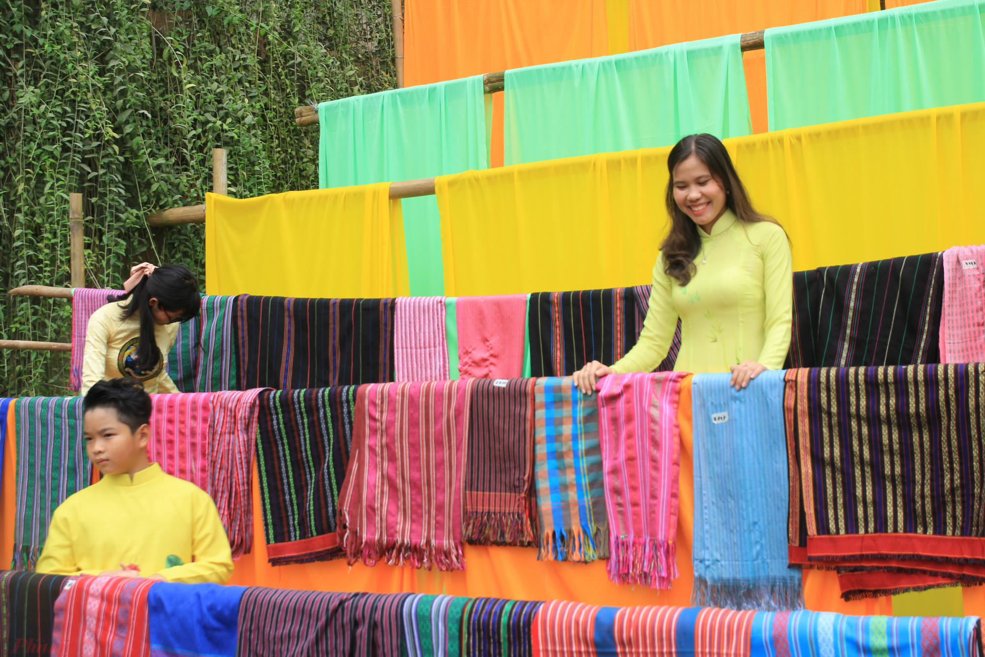 """Rất nhiều loại khăn đặc trưng của các dân tộc ít người xuất hiện trên """"phố ông Đồ"""" trở thành nơi chụp ảnh lý tưởng cho các bạn trẻ"""