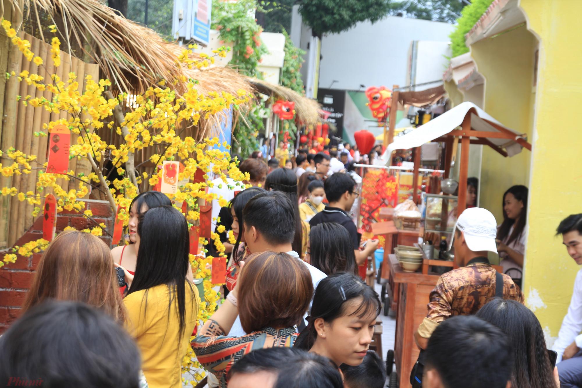 Tại khu vực xung quanh nhà văn hoá, được trang trí những gốc mai vải to, các tiểu cảnh độc đáo của các vùng miền tại Việt Nam thu hút đông đảo người đến tham quan, chụp ảnh đặc biệt là các dịch vụ