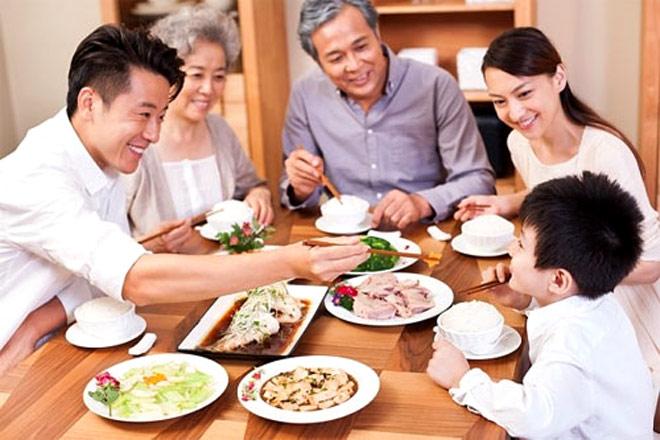 Từ ngày chồng con bỏ nhậu, những bữa cơm gia đình đầy đủ thành viên cũng nhiều hơn. Ảnh minh hoạ