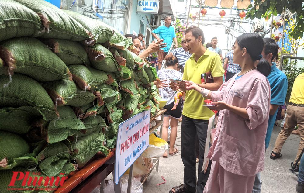 Gạo Nàng hoa 16.000 đồng/kg chất cao ngất ở phiên chợ 0 đồng