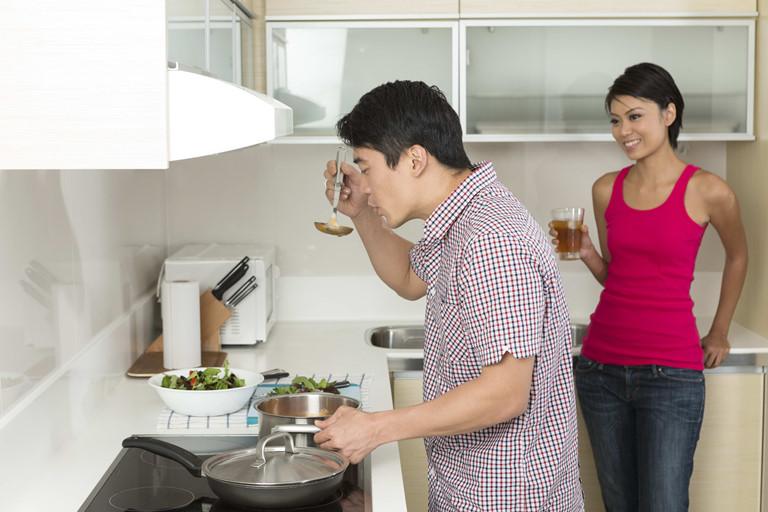 Không đi nhậu, con trai về sớm phụ vợ nấu ăn, vợ chồng ít cãi vã nhau. Ảnh minh hoạ