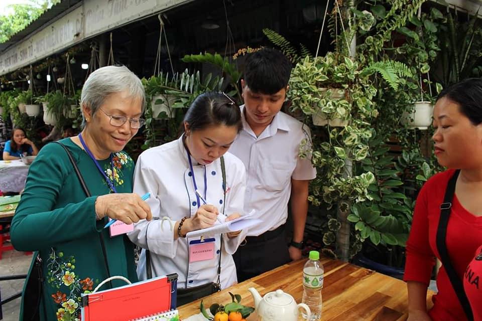 Ban giám khảo chấm thi chế biến mứt dừa tết