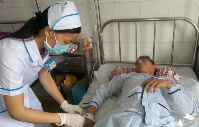 Điều dưỡng Bệnh viện Quận Thủ Đức chăm sóc bệnh nhân