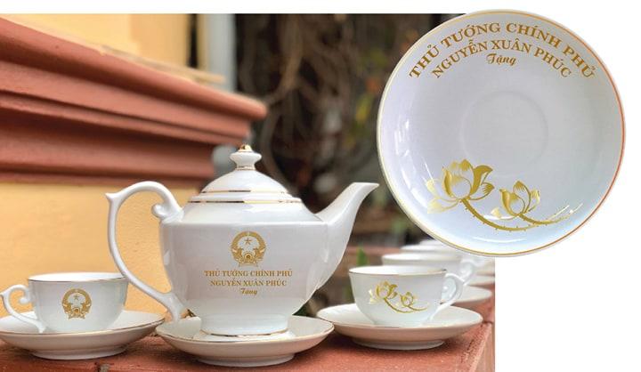 Cơ sở gốm sứ tại Bát Tràng rao bán sản phẩm in tên Chủ tịch nước và Thủ tướng chính phủ trên mạng xã hội