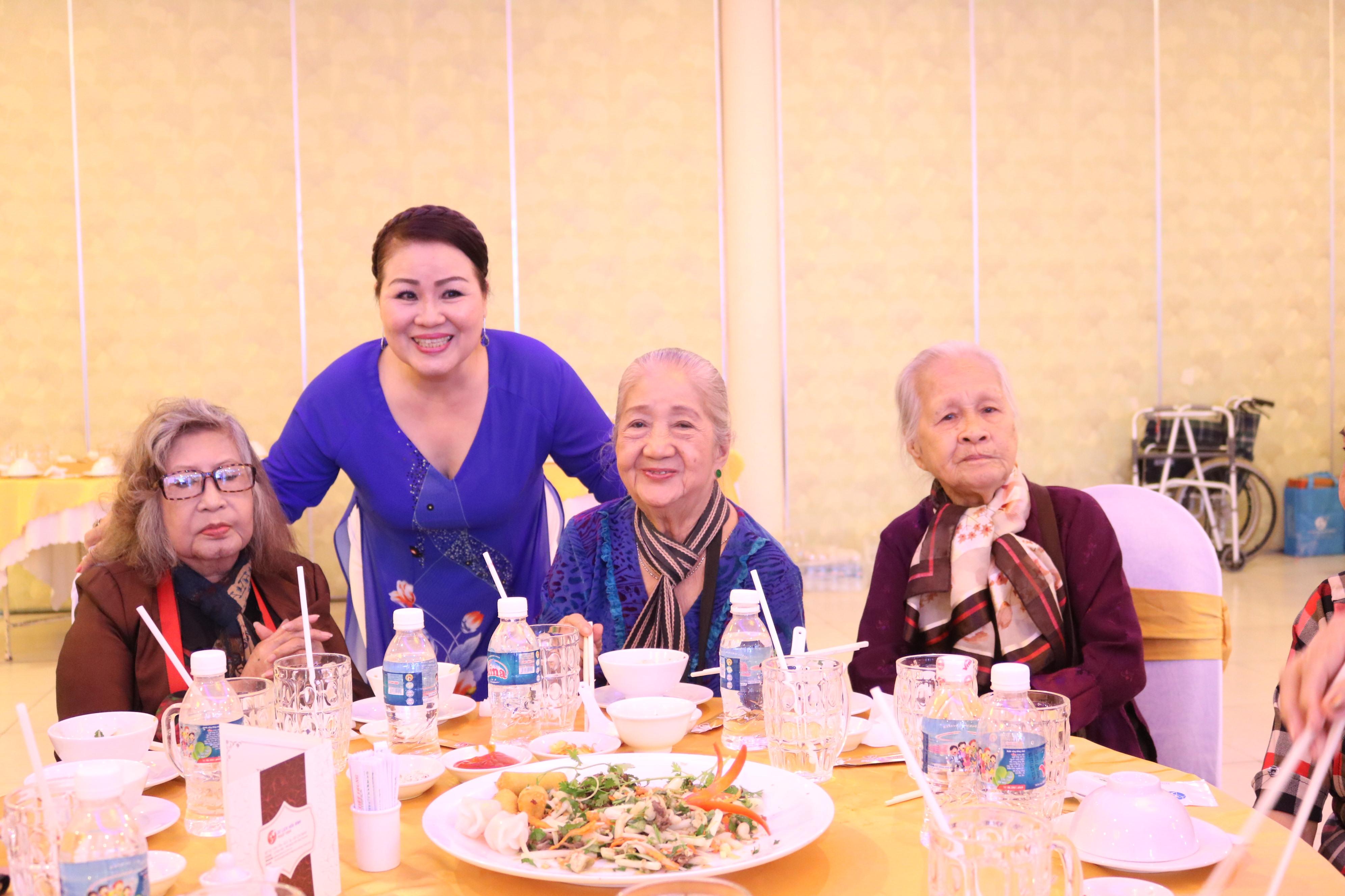 NSƯT Quỳnh Liên (đứng sau) - Chủ nhiệm Câu lạc bộ Nữ nghệ sỹ TP.HCM - cho biết, tri ân các nghệ sỹ lão thành là việc làm mà các thành viên câu lạc bộ vẫn luôn nhắc nhau duy trì hôm nay và mãi về sau này.