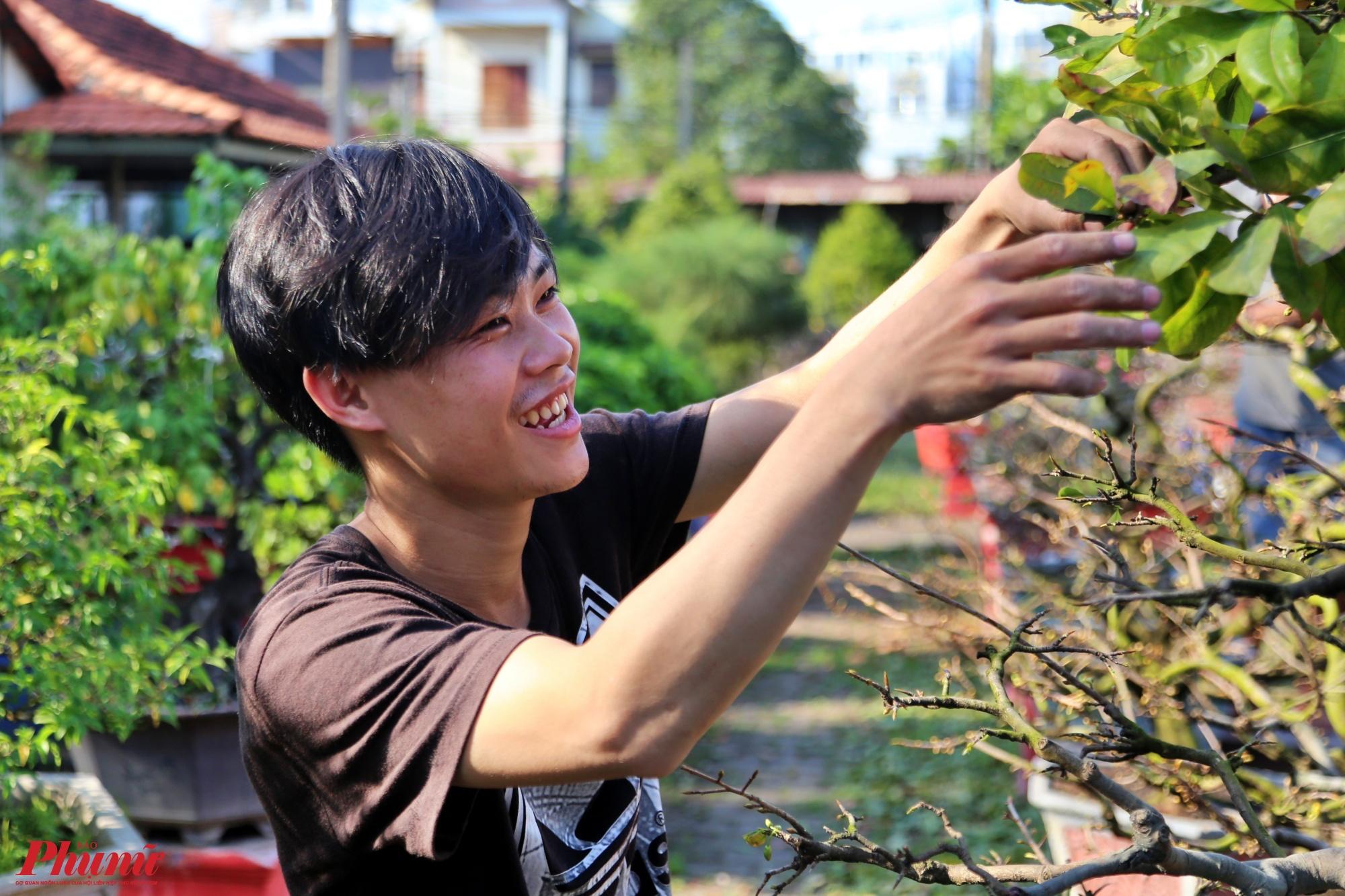 Theo anh Nguyễn Văn Tý, cho biết: Theo yêu cầu của chủ vườn, nhân công phải làm việc từ 6g sáng đến 18g chiều, lặt lá mai đòi hỏi khéo tay và tỉ mỉ.
