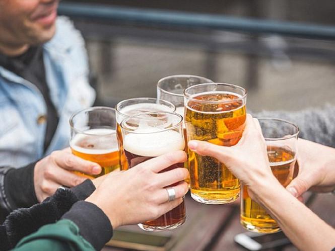 Do cả nể, tôi uống bia ở tiệc tất niên nhà anh họ dù biết có nguy cơ bị phạt vi phạm nồng độ cồn khi lái xe. Ảnh minh hoạ
