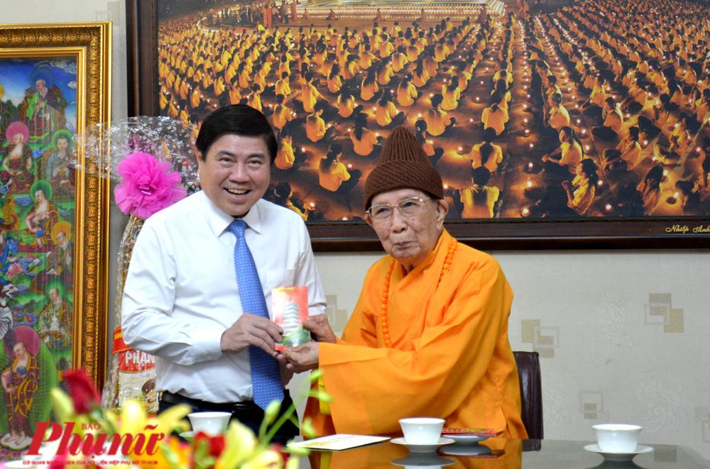 Chủ tịch UBND TP.HCM Nguyễn Thành  Phong nhận được lì xì từ hòa thượng Thích Đức Nghiệp - Phó Pháp chủ Giáo hội Phật giáo Việt Nam tại chùa Vĩnh Nghiêm