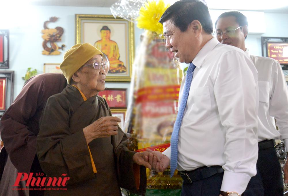Hòa thượng Thích Hiển Tu – Phó Thư ký Hội đồng chứng minh Giáo hội Phật giáo Việt Nam, Viện chủ chùa Phật học Xá lợi cầu mong cho đất nước  được thanh bình