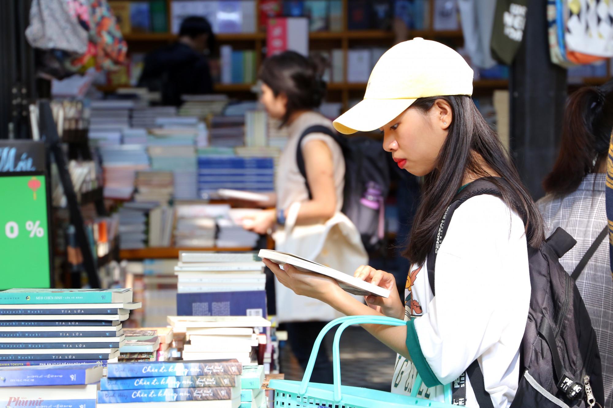 Nhiều hoạt động bán sách giảm giá được các đơn vị tại Đường sách tổ chức