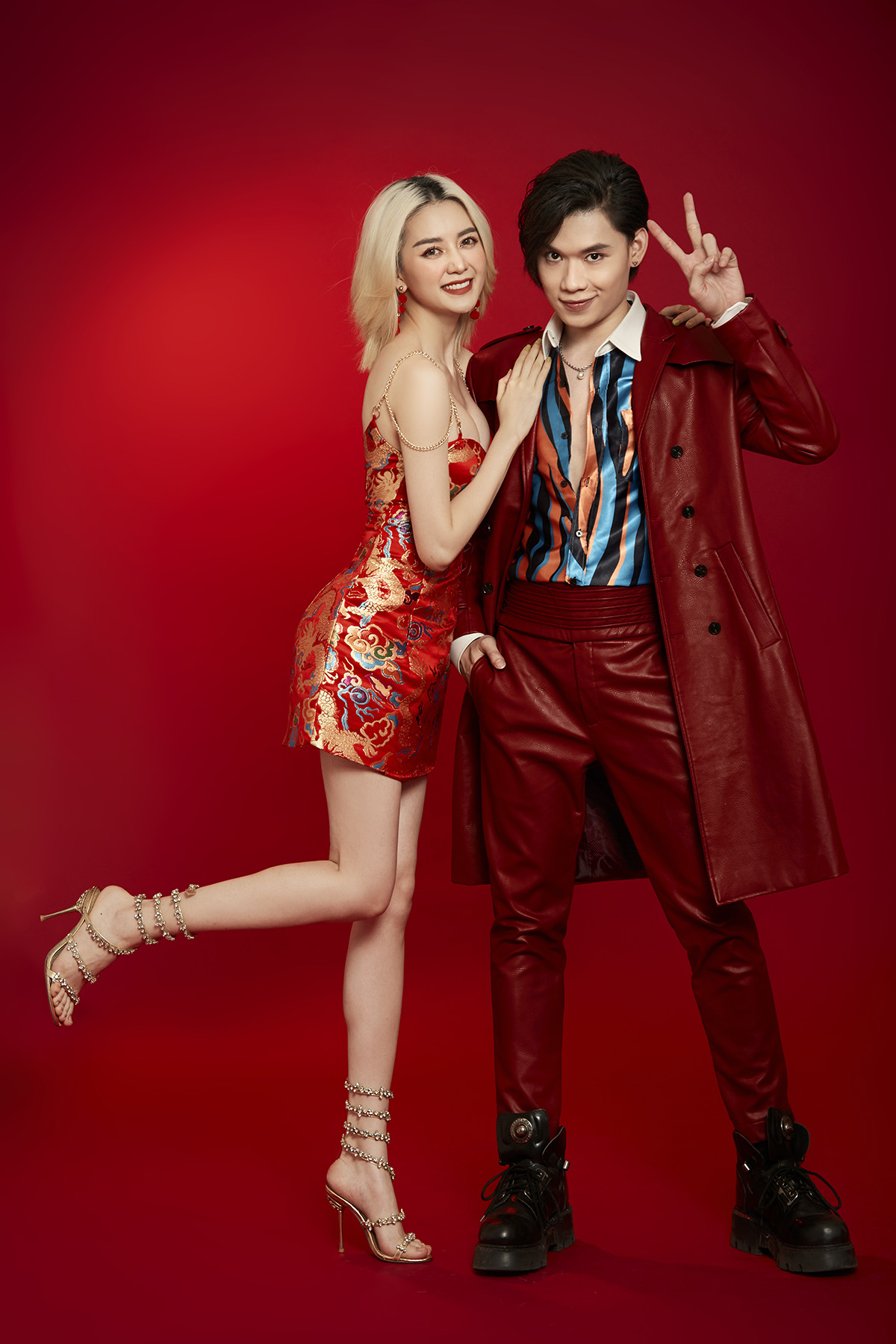 Diện trang phục đỏ rực, đậm chất xuân, Thiều Bảo Trang và Quang Trung muốn gửi lời chúc năm mới may mắn, sung túc đến khán giả.