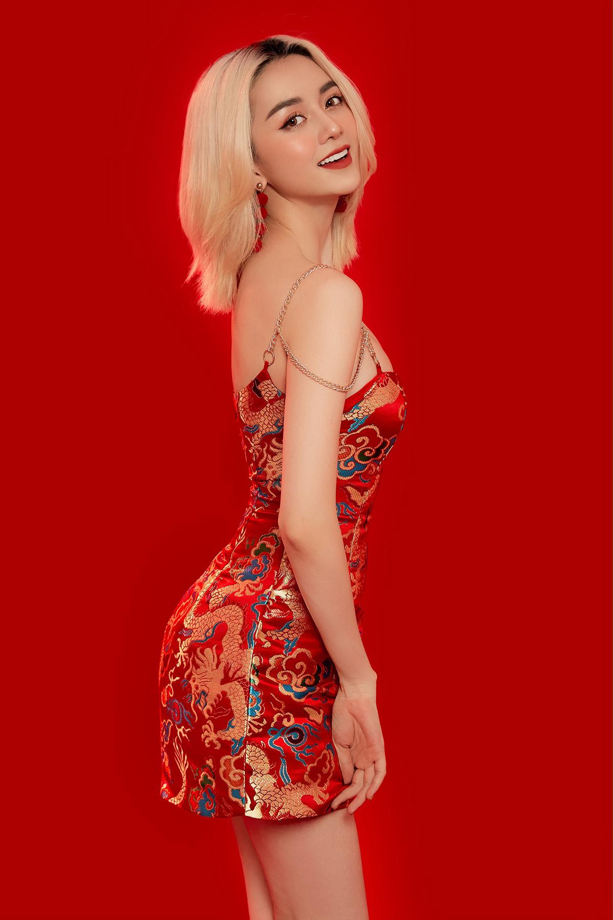 Thiều Bảo Trang quyến rũ trong chiếc đầm bó hở vai kết hợp cùng những họa tiết đạm chất Á Đông tạo nên tổng thể dễ chịu. Nữ ca sĩ khá táo bạo, phóng khoáng nhưng vẫn rất nữ tính, ngọt ngào luôn biết cách làm mới bản thân.