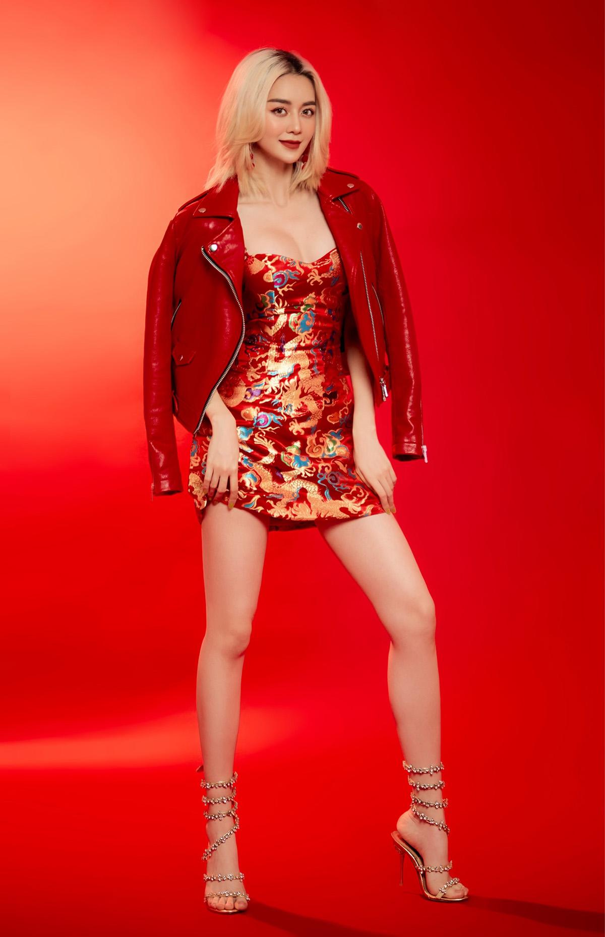 Phối cùng chiếc áo khoác da màu đỏ, giày cao gót thời trang, Thiều Bảo Trang hoàn toàn thu hút người đối diện. Làn da trắng sứ và tông trang điểm tinh tế giúp cô càng tỏa sáng hơn trong từng shoot hình.