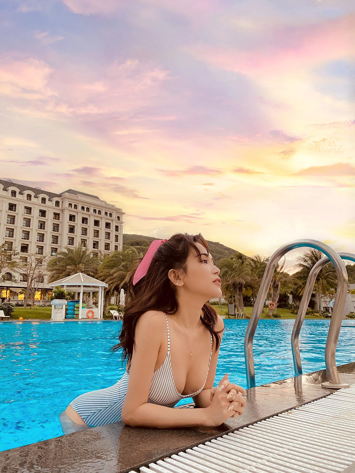 Trong bộ ảnh bikini nóng bỏng vừa tung ra, Sỹ Thanh tiếp tục khiến fan hâm mộ suýt xoa về sắc vóc chuẩn và gu thời trang thời thượng của cô nàng.