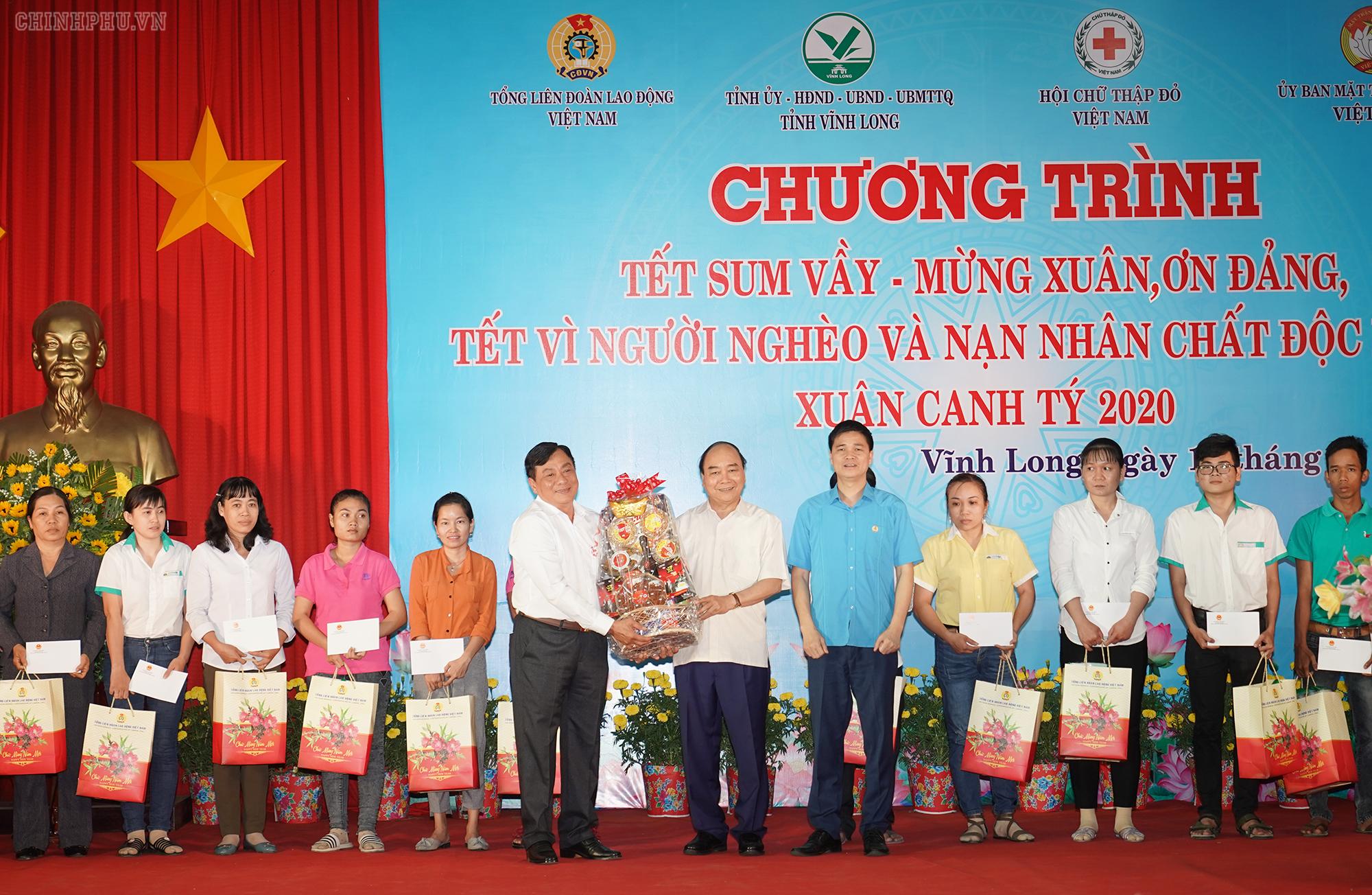 Thủ tướng tặng quà tết cho công nhân tỉnh Vĩnh Long - Ảnh: VGP
