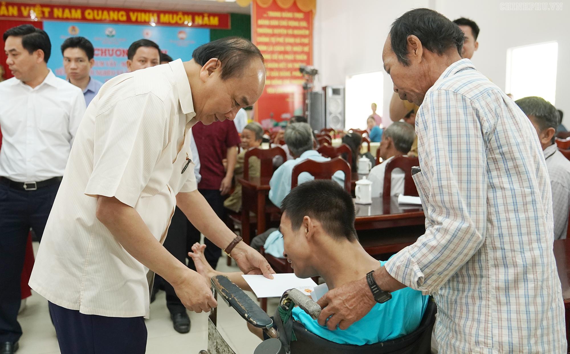 Thủ tướng tặng quà Tết cho nạn nhân chất độc da cam - Ảnh: VGP