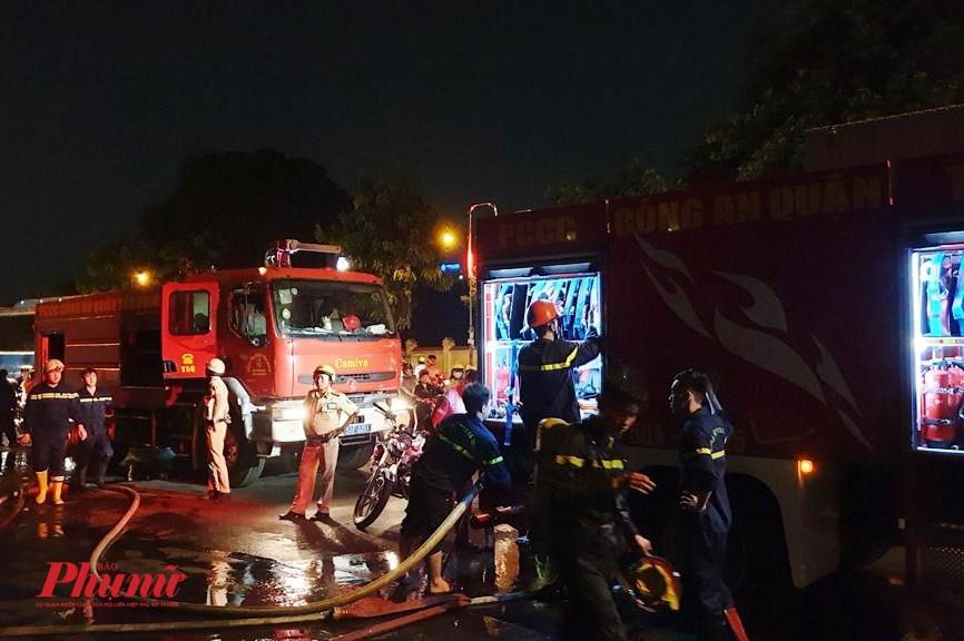 hỉ sau vài phút phát hỏa, chiếc xe khách đã cháy trơ khung, ngọn lửa lớn khiến hệ thống cáp viễn thông bị ảnh hưởng nghiêm trọng