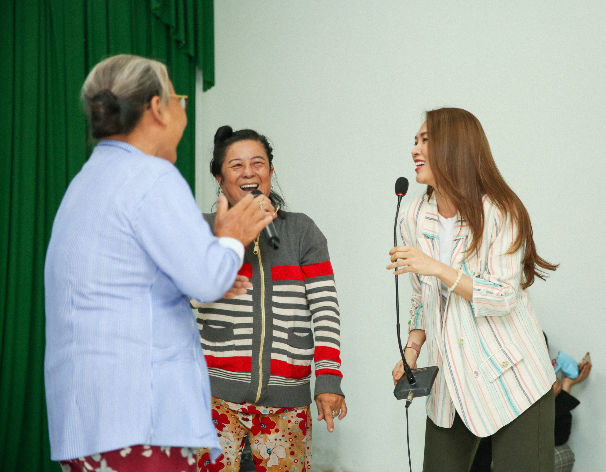 Mỹ Tâm cũng dành thời gian phục vụ văn nghệ cho bà con nơi đây. Sự nhiệt tình, thân thiện của Mỹ Tâm khiến nhiều người cảm thấy hưng phấn, tình nguyện lên hát góp vui cùng nữ ca sĩ.