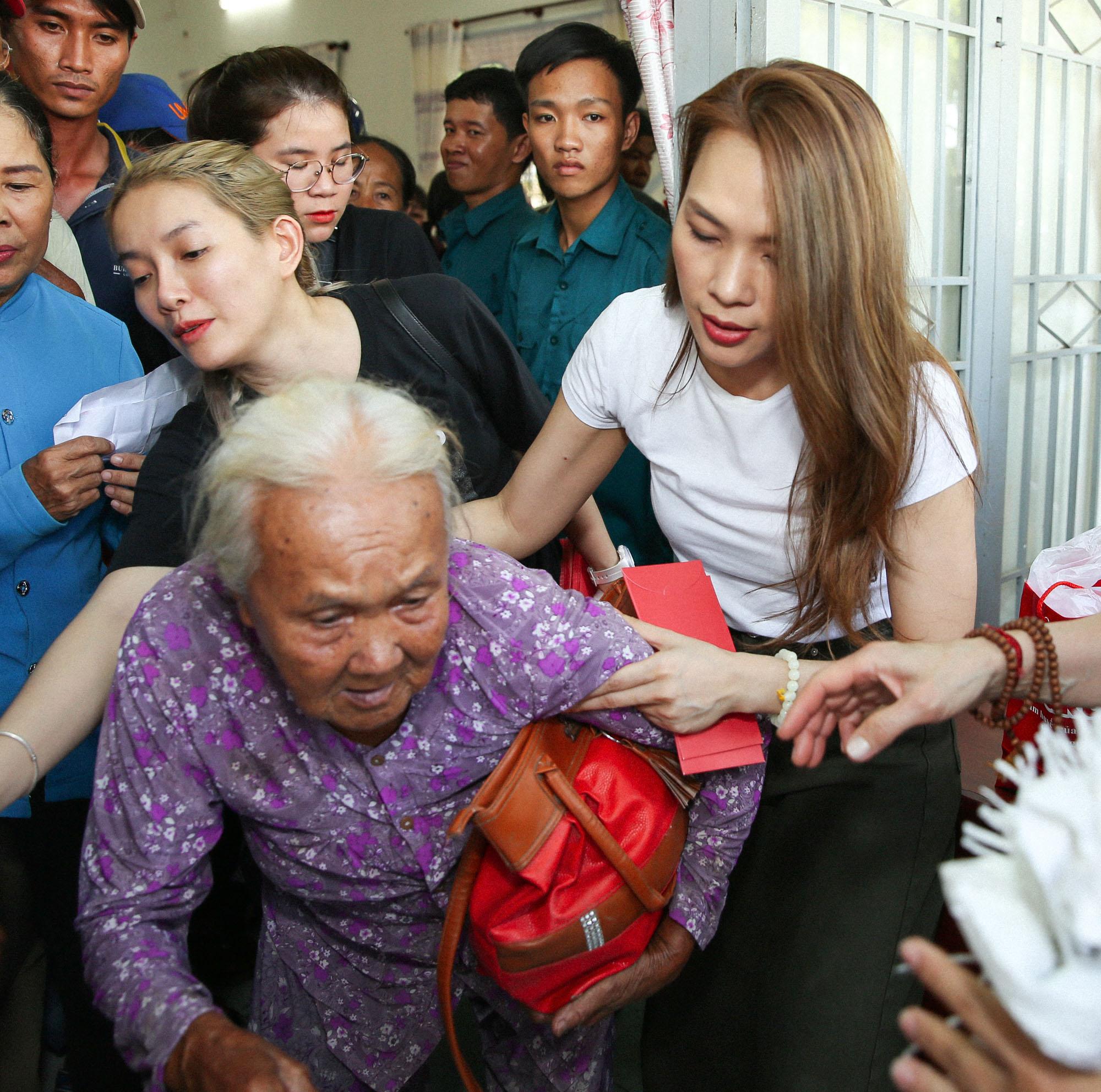 Ngày 14/1, Mỹ Tâm cùng các cộng sự cũng như người hâm mộ đã có chuyến đi đến huyện Mộc Hoá, tỉnh Long An để trao quà Tết từ thiện. Nữ ca sĩ trao tặng 250 phần quà cho bà con nghèo tại đây với nhu yếu phẩm, bao lì xì.