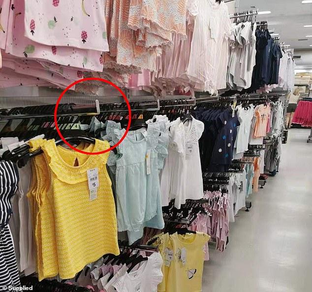 Những chiếc móc treo áo có thể trở thành cái bẫy nguy hiểm cho trẻ em.