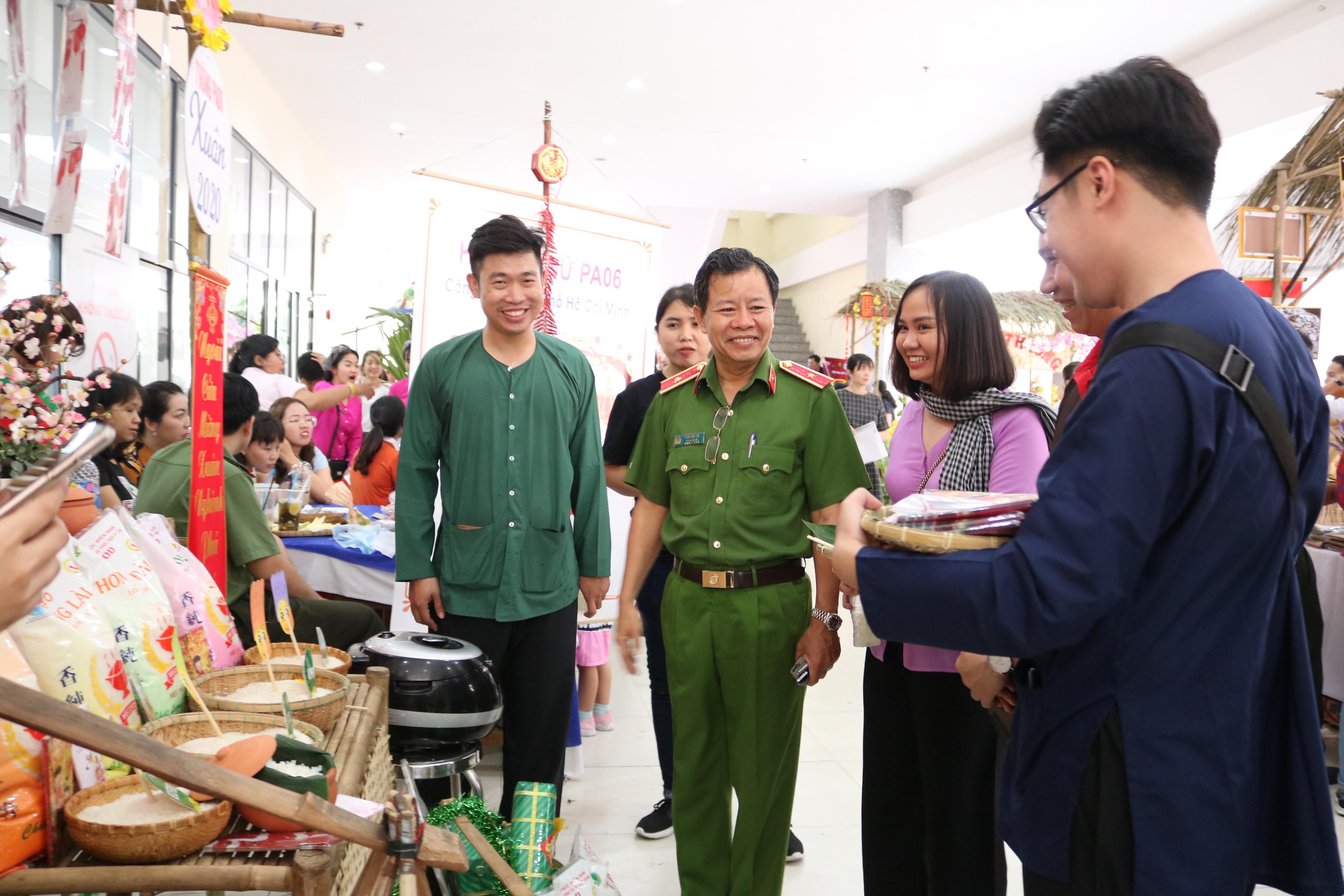 Thiếu tướng Trần Đức Tài - Phó giám đốc Công an TP.HCM - tham quan các gian hàng trong phiên chợ.
