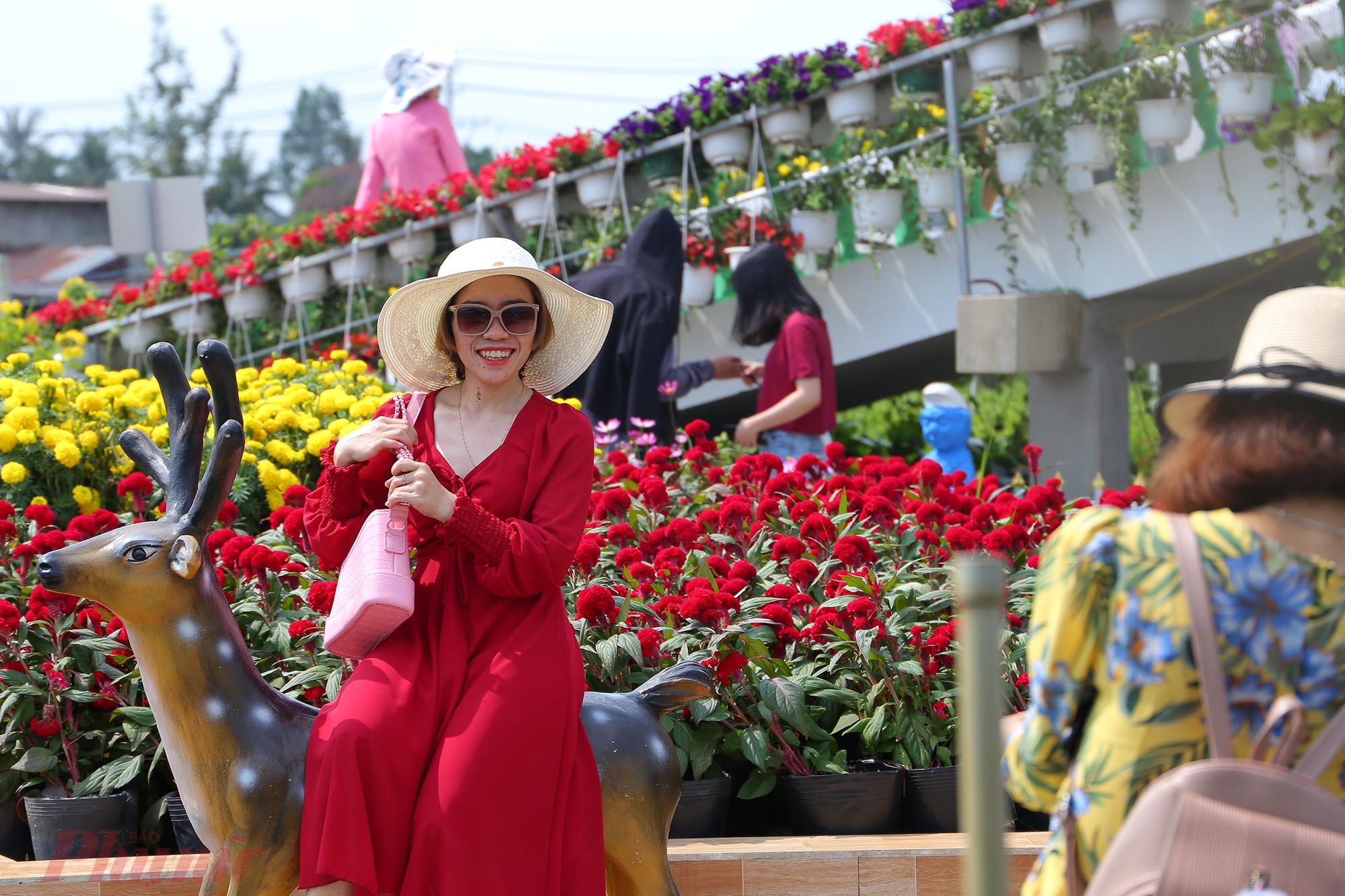 Sắc hoa rực rỡ giúp du khách có được những khung ảnh lung linh, đẹp mắt. Hàng nghìn người từ TP.HCM, các tỉnh miền Tây đổ về làng hoa để được tận hưởng cảnh sắc, không khí của những ngày Tết đang gần kề.