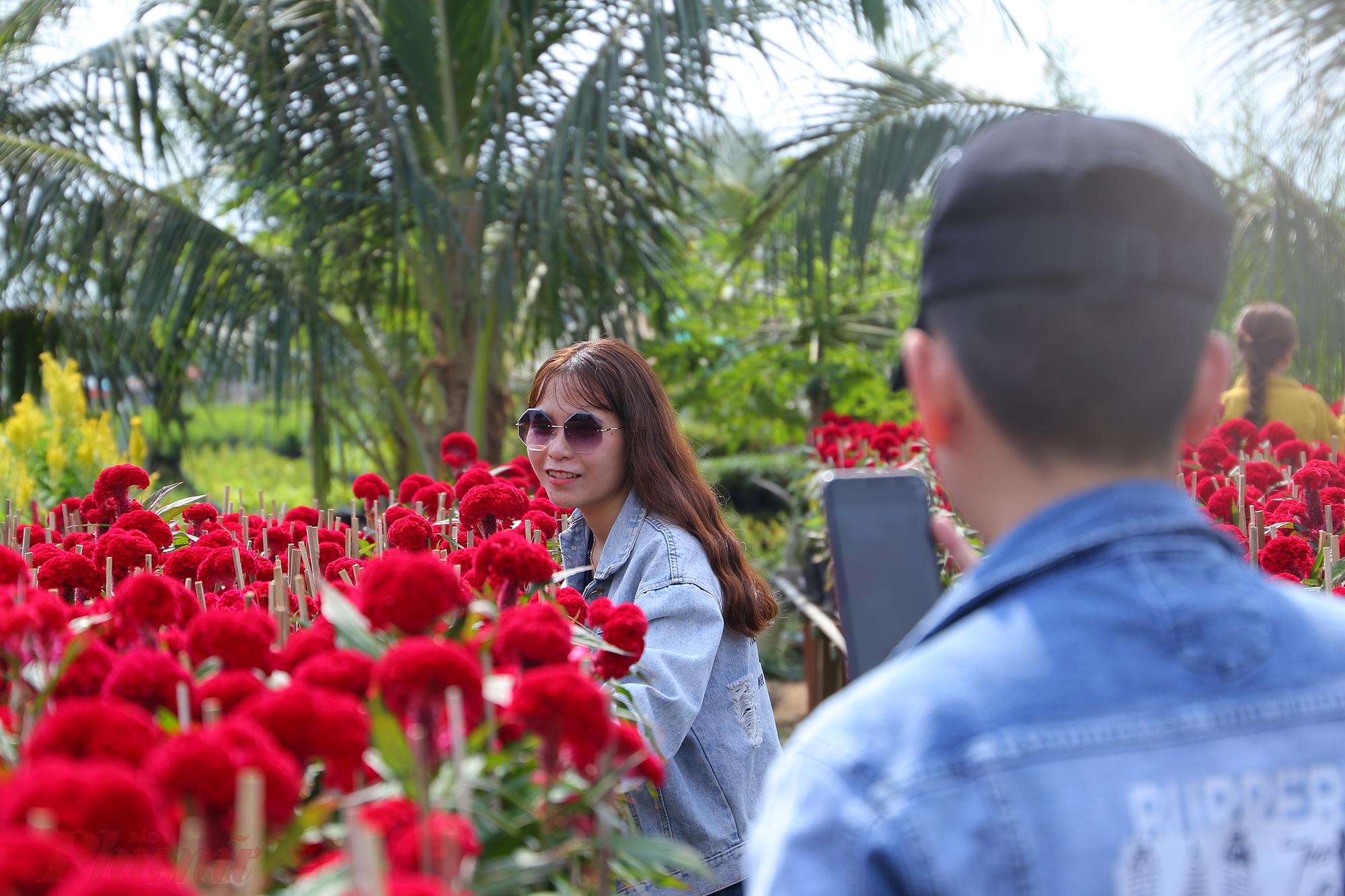 Làng hoa trở thành điểm hẹn hò lý tưởng cho các cặp đôi.