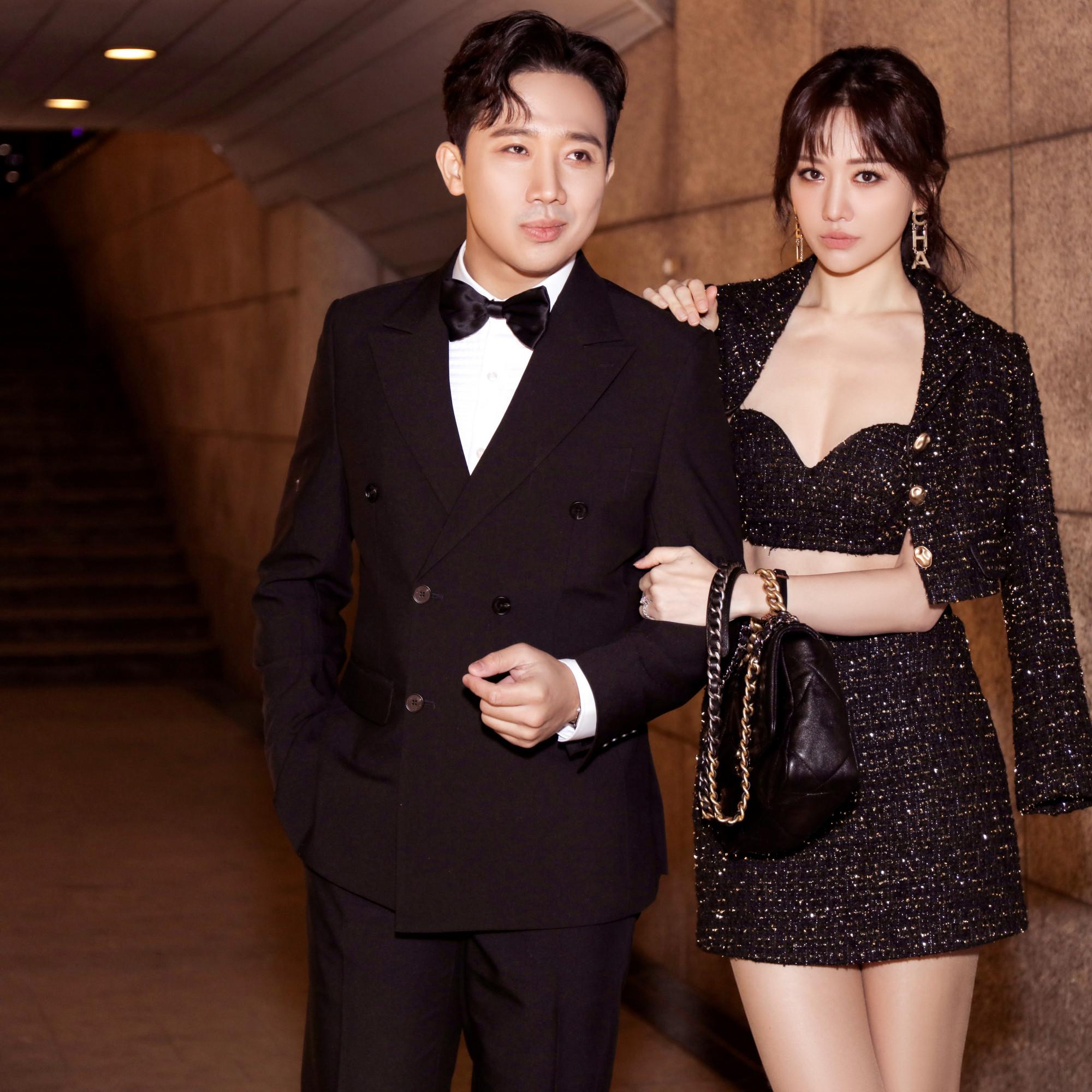 Không chỉ nổi tiếng về tài năng, Trấn Thành - Hari Won còn được yêu thích nhờ gu thời trang thanh lịch, quyến rũ. Cặp đôi thường xuyên diện những bộ cánh cầu kỳ, hài hòa về màu sắc trong các sự kiện hay đi chơi cùng bạn bè,