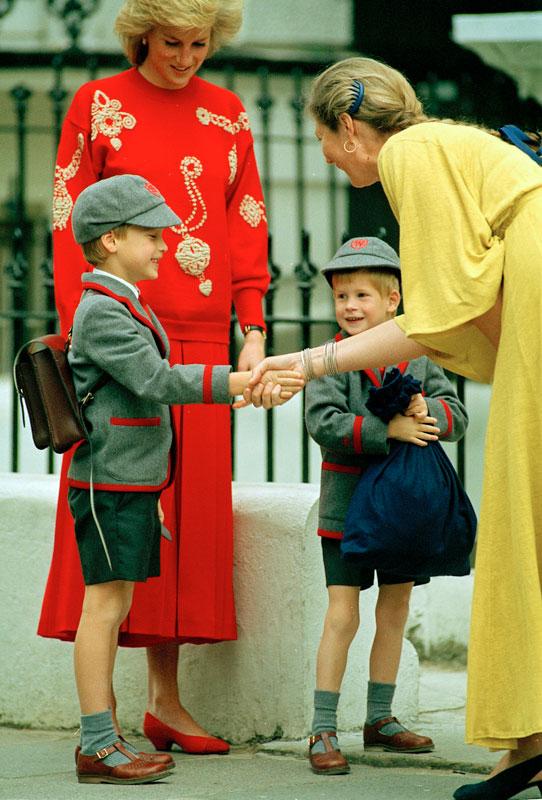Hoàng tử William và em trai Harry cùng nhau đi học tại trường Wetherby, London tháng 9/1989. Hoàng tử Harry ngước nhìn anh trai trong khi William 7 tuổi cười tủm tỉm