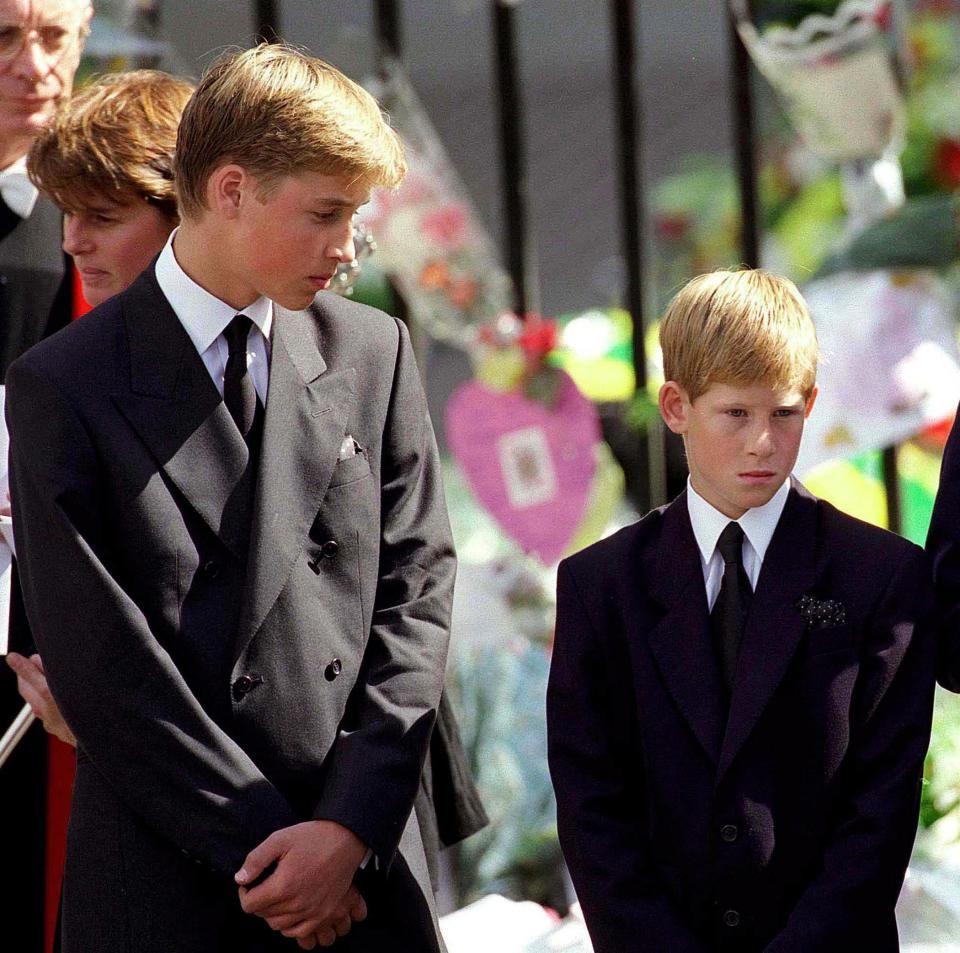 Hoàng tử William và Hoàng tử Harry cúi đầu khi quan tài của công nương Diana được đưa ra khỏi Tu viện Westminster vào ngày 6 tháng 9 năm 1997 sau lễ tang của bà. Lúc đó, William 15 tuổi còn em trai 12 tuổi.