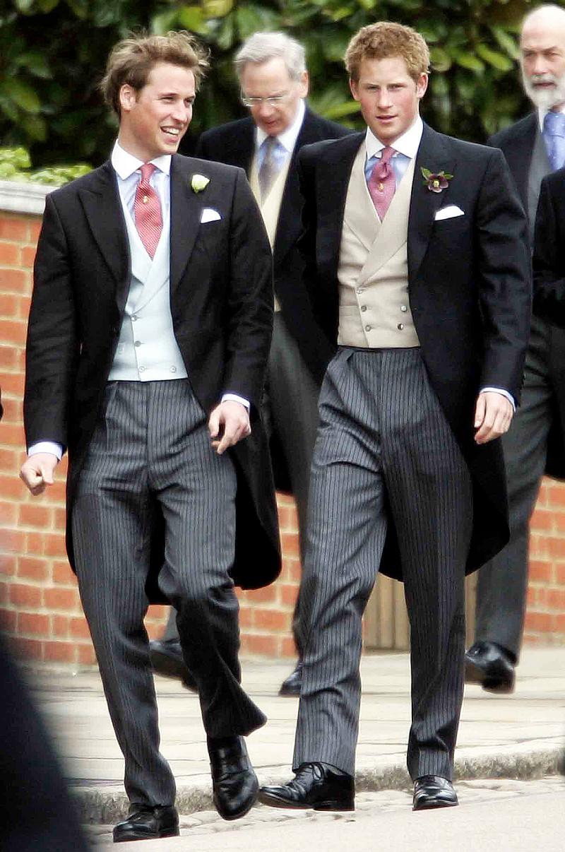 Hoàng tử William nói cười với em trai khi cả hai cùng đến tham dự lễ cưới của cha là Thái tử Charles cùng Nữ công tước xứ Cornwall Camila vào tháng 4/2005