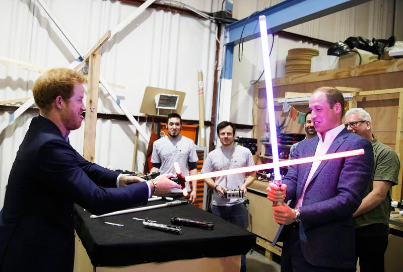Dù đã hơn 30 tuổi, hai Hoàng tử vẫn như những đứa trẻ, thách thức chiến đấu giống các chiến binh Star Wars khi xuất hiện tại các studio của Pinewood vào tháng 4/2016.