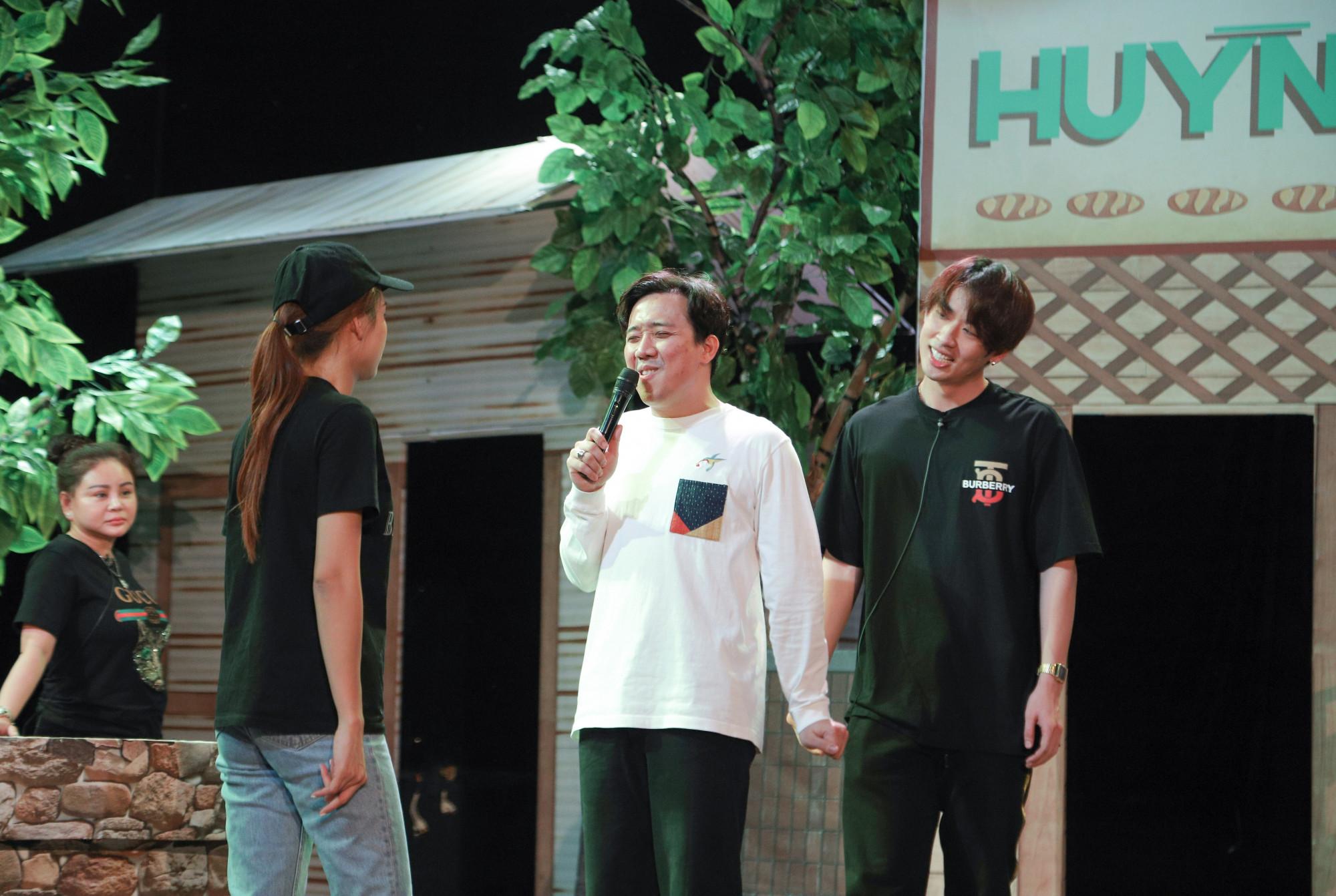 Nam diễn viên tập luyện cùng NSND Ngọc Giàu, diễn viên Tuấn Trần, Sam, Lê Giang...
