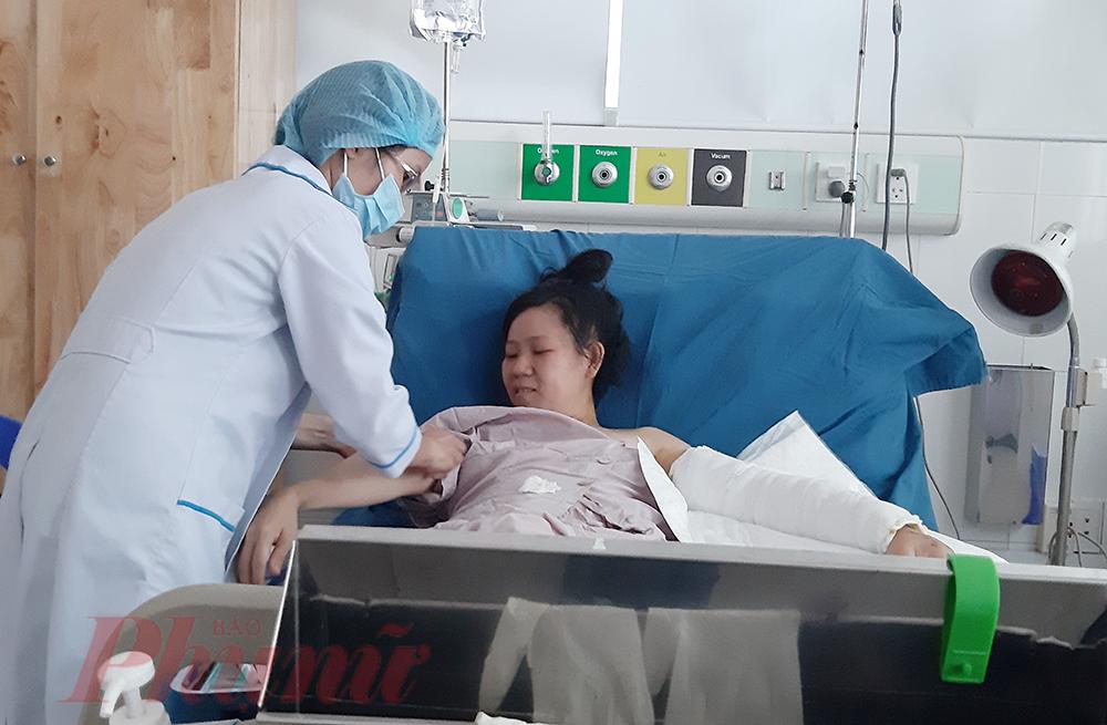 Chị Nguyễn Thị Thùy Trang - Điều dưỡng khoa Cấp cứu, Bệnh viện Quận Thủ Đức bị giao thông nghiêm trọng khi còn cách bệnh viện 200 mét.