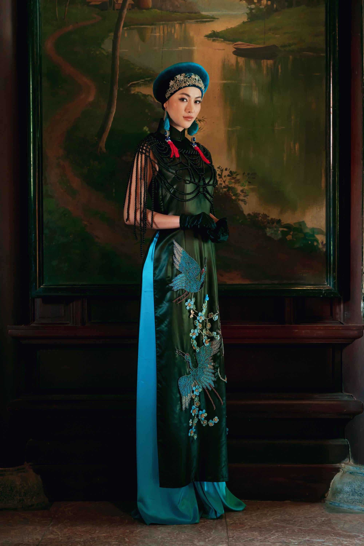 Trở thành nàng thơ trong BST Họa hồn của NTK Võ Việt Chung, Hoa hậu Phương Khánh cuốn hút khán giả với vẻ đẹp thiếu nữ mong manh, nền nã khác xa với hình ảnh trẻ trung, sang trọng mà người đẹp theo đuổi gần đây.