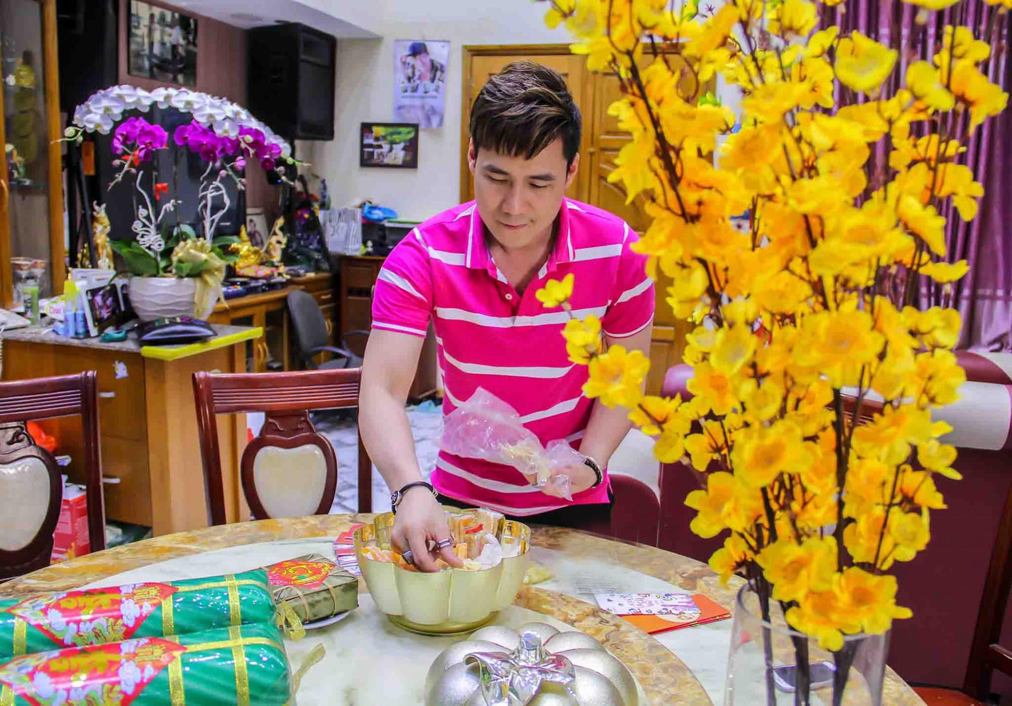 Đón tết Canh Tý năm nay, Khánh Phương và gia đình chuẩn bị 200 phần quà sức khỏe gồm bánh chưng, giò lụa và Trà thanh nhiệt Dr Thanh để biếu tặng người thân, bạn bè